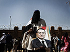 Supporters of the dictator display their allegiance: a woman holding a photo of Hosni Mubarak before the court where judgement was passed on 2nd June 2012. The judge sentenced the former president to life imprisonment. Photo: Philipp Spalek. © Goethe-Institut