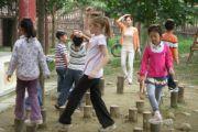 成都华德福学校的老师带学生玩走桩游戏,版权:成都华德福学校