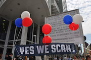 Yes we scan - Demo am Checkpoint Charlie. Foto: Digitale Gesellschaft via Wikimedia, Lizenz: CC BY-SA 2.0