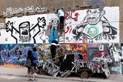 فنانون معارضون لمرسي يرسمون لوحة جرافيتي جديدة قرب ميدان التحرير، 2012