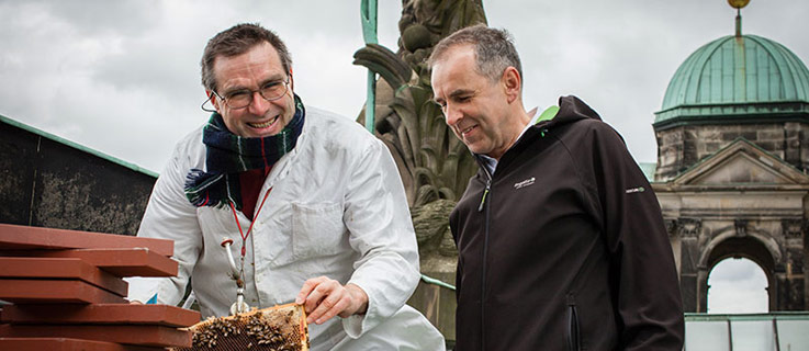 Uwe Marth, volunteer beekeeper for Berlin summt!, and Lars-Gunnar Ziel, general manager of the Berlin Cathedral. Photo (CC BY-NC-ND 3.0 DE): Michael Schrenk/FUTURZWEI.