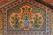 Bat, owl, or other bird of prey with spread wings. This motif, recurring with slight variations, is found above the vase pictures in the passageways to the prayer chamber of the Wazir Khan Mosque. Photo: Stefan Weidner © Goethe-Institut
