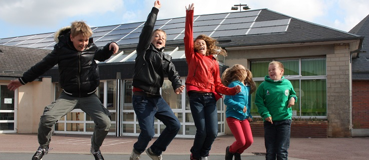 Students of a Normandy school that, thanks to EP, gains electricity from solar panels on the school roof. Photo (CC BY-SA): Energie Partagée