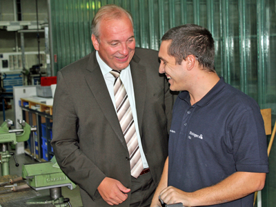 District Administrator Franz Löffner (left) and trainee | © Landratsamt Cham