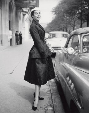 Susanne Erichsen, an ensemble by Christian Dior, Paris 1954, from the magazine Deutsche Illustrierte 4.9.1954, © Stiftung F. C. Gundlach