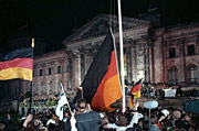 Vereinigung - Hunderttausende waren dabei, als vor dem Reichstag die schwarz-rot-goldene Bundesfahne gehißt wurde; Copyright: Deutsches Bundesarchiv  / Bild 183-1990-1003-400 / Creative Commons Attribution ShareAlike 3.0 Germany License (CC-BY-SA), Foto: Peer Grimm