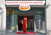 Be it children or adults, students or teachers, families or groups – the museum-mascot QWoo is happy to welcome any guests from Berlin and from all around the globe. Copyright: Deutsches Currywurst Museum/E.I. EdutainmentInternational