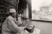 A musician playing qawwali music at the holy shrine of Mian Mir. Lahore, Punjab, Pakistan. Photo: Markus Kirchgessner © Goethe-Institut