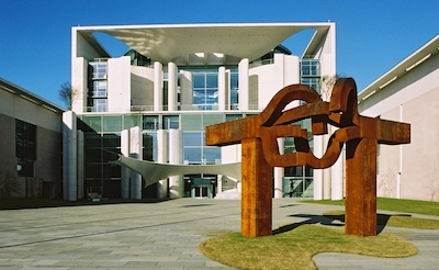 "Eduardo Chillida, ""Berlin"" in front of the Bundeskanzleramt Berlin, 1999, Photo: Andrea Bienert, Bundesbildstelle / artwork: © VG Bild Kunst"