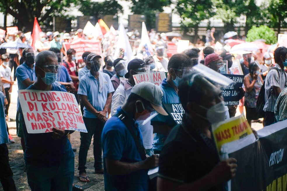 National Heroes Day Protest in Bantayog ng mga Bayani, Philippines / August 31, 2020. Protest sign reads: »Tulong Hindi Kulong (Relief Not Detention) Mass Testing Not Mass Arrest.« Photo by Geela Garcia.