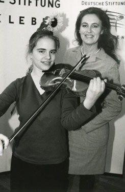 Julia Fischer, well known violin virtuoso, together with Irene Schulte-Hillen, President of the German Foundation for Musical Life at the 6th Competition of the German Musical Instruments Fund in 1998.