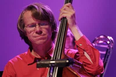 Master mind in the background of South German Jazz: the bassist Henning Sieverts. Photo: Ralf Dombrowski
