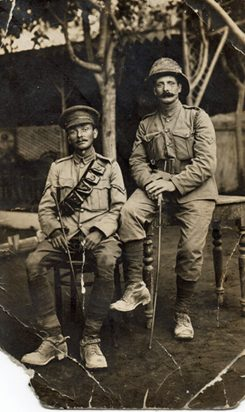 Die Brüder George Brain, 10. Batallion, Sherwood Foresters und Harry Brain, Queens Own Oxfordshire Hussars in Havrincourt, Frankreich.