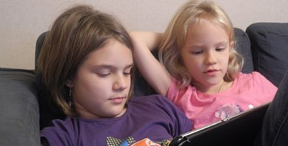 Many children are fascinated by reading on an iPad; © Anna Burck