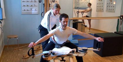 Tanzspezifisches Muskelfunktionskettentraining in der GYROTONIC-Methode an der Pulley Tower Combination Unit. Foto: Bernd Gahlen, www.filmsache.de