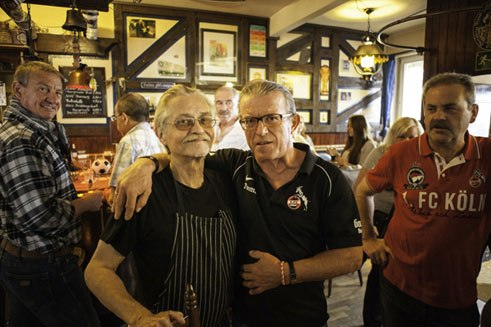 Tommy, a regular patron, is delighted to see Ossi (left) smiling behind the bar at the Linkewitz again. Because the bartender was ill for a long time.