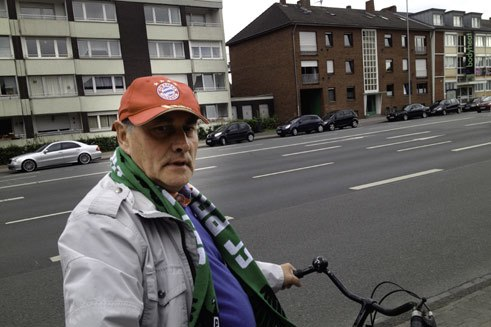 Heinz is an FC Bayern fan. When the Bavarians take on Münster, however, naturally he's for his home club. So Heinz has found a compromise: he wears an FC Bayern cap and an SC Preussen Münster scarf. So whoever wins, Heinz is happy.