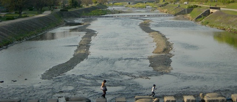 Why walk over a bridge when you can hop over stones? Afternoon view of the Kamo River (Photo: Lucy Fricke)