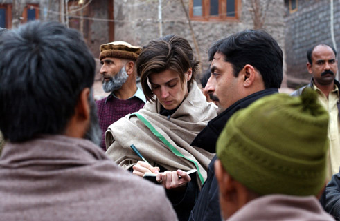 Carolin Emcke in the refugee camp kManik Pian 1 in Kashmir near the Pakistani city of Muzaffarabad;