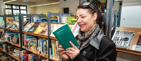 In the Goethe-Institut library: Najet Adouani is pleased about her first book published in German (Photo: David Weyand)