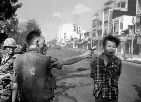 One of the best known image documents from the Vietnam War: In February 1968, the chief of police in Saigon shoots a Viet Cong member on the street.