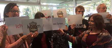 Speaking fluent German is one thing; teaching it is something else. The Goethe-Institut is showing volunteers how they can pass on their German skills to refugees