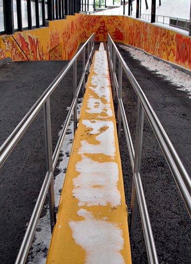 Der orange Fußgängertunnel in Gorbitz