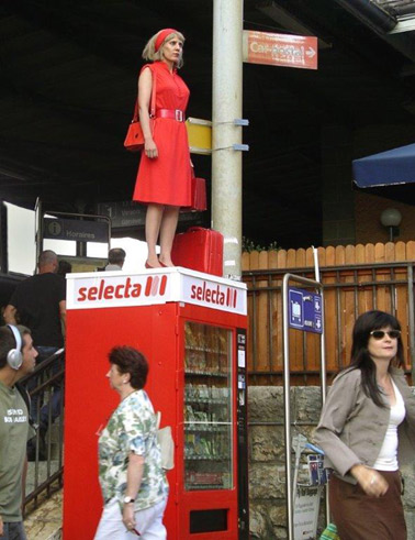 Die Stadt ist der Star, 2004, Chantal Michel, Die Frau in Rot, 2004, Performance, Nyon, FAR – Festival des Arts vivants