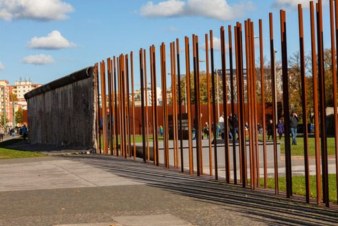 Where the original relicts of the border fortifications have been lost, Corten steel has been used to indicate where the elements once were, making them more visible;