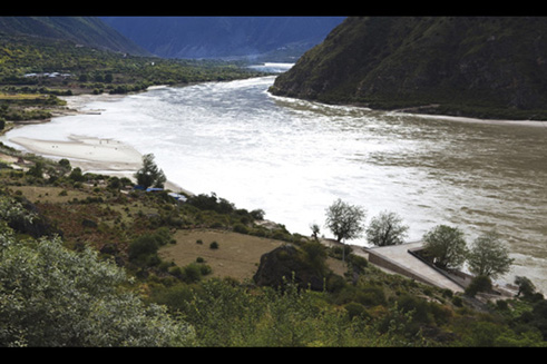 Ramped building volume adjacent to Yarlung Tsangpo river