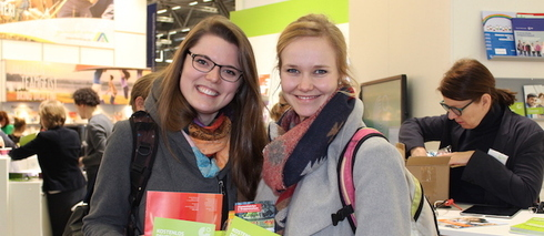 Student teacher Christine Otte (right) and social worker Miriam Falke are pleased about the informative materials from the Goethe-Institut's stand. © Lea Albring