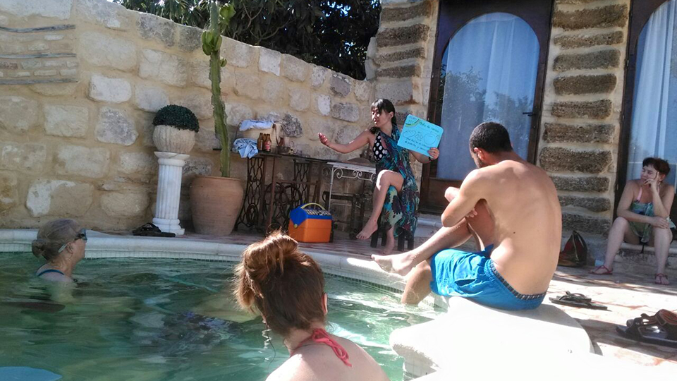 Treffen am Swimmingpool