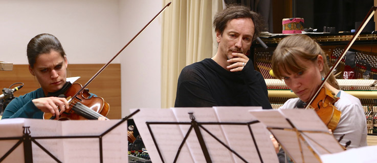 Hauschka rehearsing with members of the Munich Philharmonic Orchestra.
