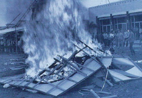 1986: Die Performance Burning Works vor der New Art Gallery in Xiamen II