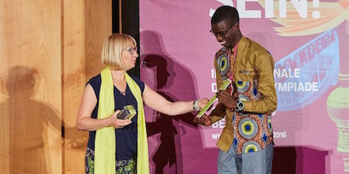 Dr. Alina Dorota Jarzabek awarded the Fairness Prize to Amadou Diop Diagne from Senegal, 18 years.