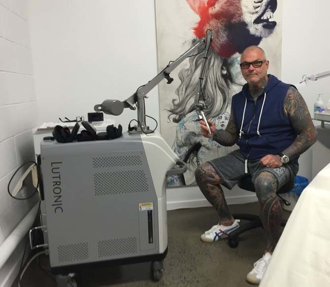 Paul Roberts in seinem Tattoo-Laser-Studio In a Flash