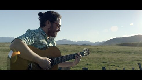 Der Songwriter Alonson Nuñez in Coyhaique - Patagonien