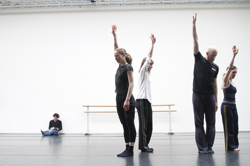 "Rabih Mroué (links) und das Dance.On-Ensemble bei Proben zu ""Water Between Three Hands"""