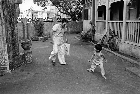 Roshan Seth plays with Mickey on the set of Such A Long Journey, Bombay 1999 Photograph©1999 Sooni Taraporevala