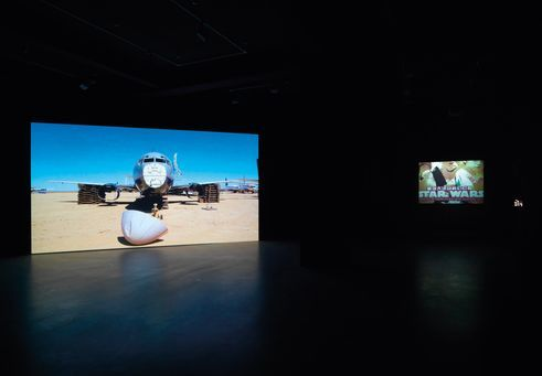 Hito Steyerl, After the Crash (2009 | Do You Speak Spasmoc? (2008) | Ausstellungsansicht Neuer Berliner Kunstverein, 2009