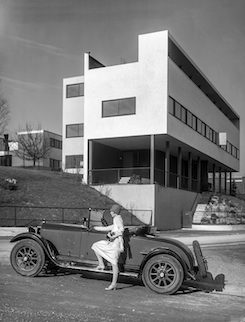 """Lady driver"" with Mercedes-Benz of the Le Corbusier building 