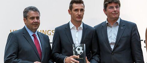 Awardee Miroslav Klose with Sigmar Gabriel and Roland Bischof