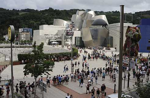 Visitors crowding in front of the Guggenheim Museum. Bilbao, 8 September 2016