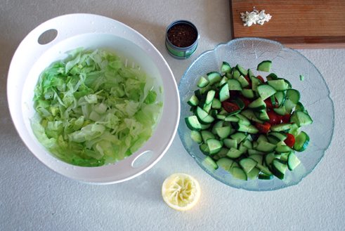Mix the vinegar, olive oil and salt into a dressing.