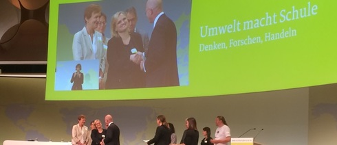 Project manager Anne Schönhagen accepts the award for Umwelt macht Schule