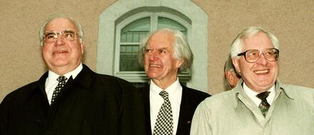 Helmut Kohl, Hilmar Hoffmann and Bernhard Vogel 1996 in Weimar at the opening of the first Goethe-Instituts in the new federal states.