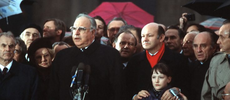 Helmut Kohl (behind the microphones) during the opening of the Brandenburg Gate on December 22, 1989 in Berlin