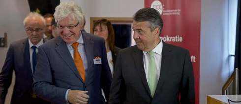 Oliver Scheytt, president of the Kulturpolitischen Gesellschaft, and Federal Minister for Foreign Affairs Sigmar Gabriel