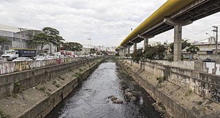 São Paulo/Brazil: the Tamanduateí has been completely channeled and partially streamed through pipes since 1957