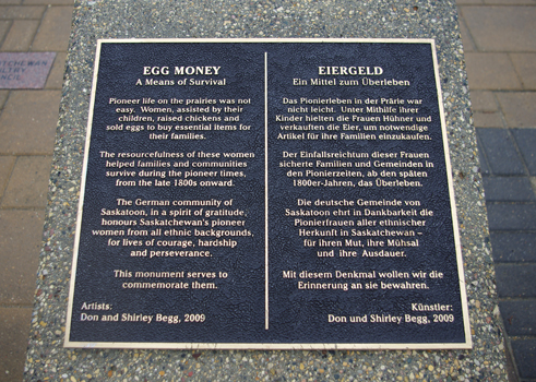 Plaque informative de la sculpture « Egg Money » à Saskatoon